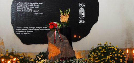 Az 1956-os emléktábla a Fő téren